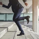 走るスーツの男性